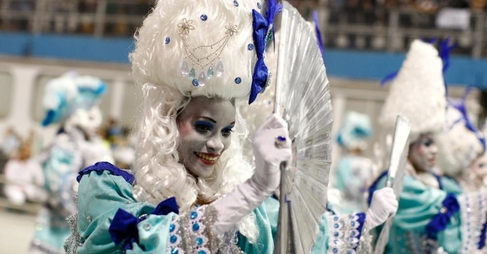 Integrante da Nenê de Vila Matilde no desfile das campeãs, no Anhembi, em São Paulo. A escola foi campeã do grupo de acesso e no ano que vem desfila no grupo especial (24/2/12)