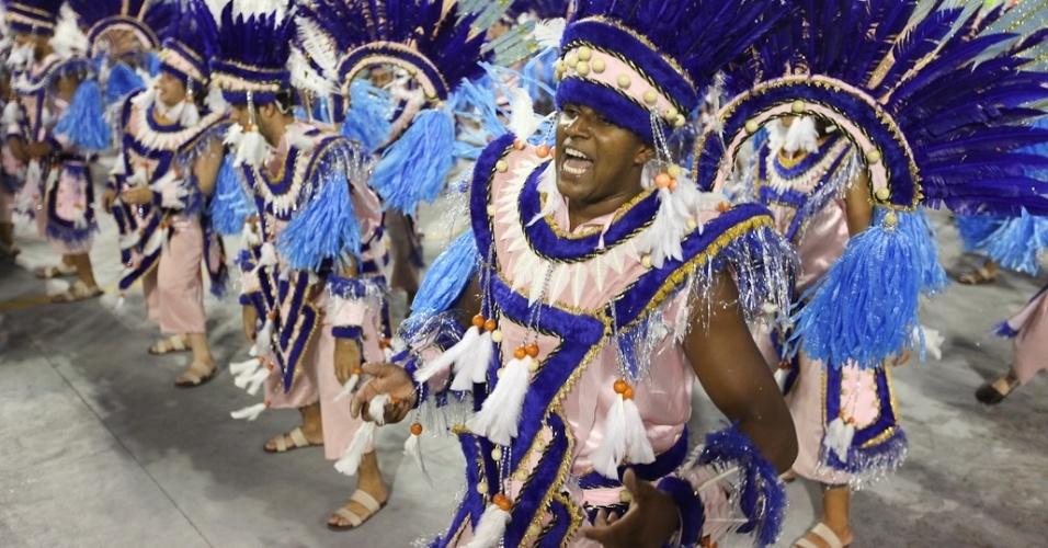 Integrantes da Acadêmicos do Tatuapé no desfile das campeãs, no Anhembi, em São Paulo. A escola foi vice-campeã do grupo de acesso e no ano que vem desfila no grupo especial (24/2/12)