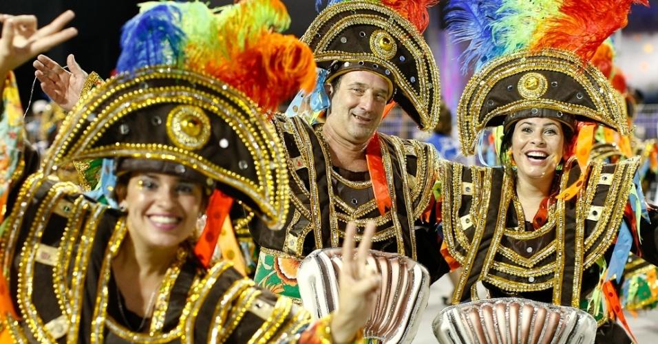 Integrantes da Nenê de Vila Matilde no desfile das campeãs, no Anhembi, em São Paulo. A escola foi campeã do grupo de acesso e no ano que vem desfila no grupo especial (24/2/12)