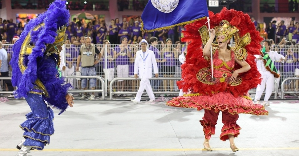 Mestre-sala e porta-bandeira da Acadêmicos do Tatuapé no desfile das campeãs, no Anhembi, em São Paulo. A escola foi vice-campeã do grupo de acesso e no ano que vem desfila no grupo especial (24/2/12)