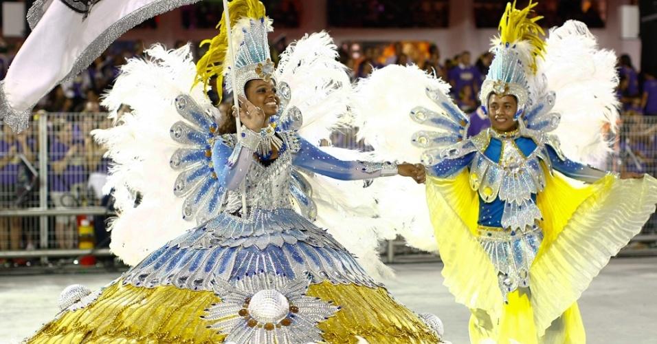 Mestre-sala e porta-bandeira da Vai-Vai, cujo samba-enredo homenageia as mulheres durante desfile das campeãs de SP (25/2/12)
