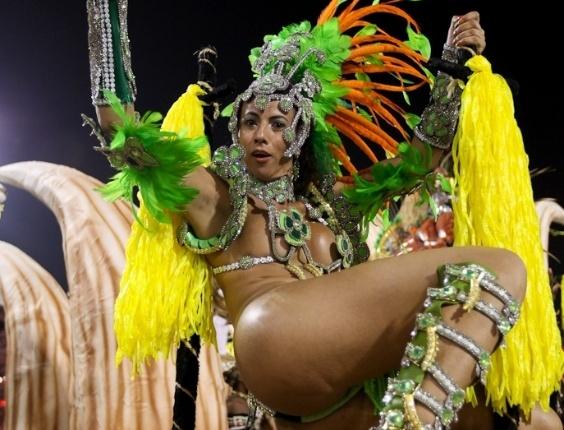 Passista da Acadêmicos do Tatuapé posa em carro alegórico durante o desfile das campeãs, no Anhembi, em São Paulo. A escola foi vice-campeã do grupo de acesso e no ano que vem desfila no grupo especial (24/2/12)