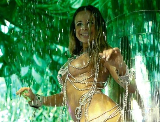 Passista da Vai-Vai toma banho em carro da escola, cujo samba-enredo homenageia as mulheres durante desfile das campeãs de SP (25/2/12)