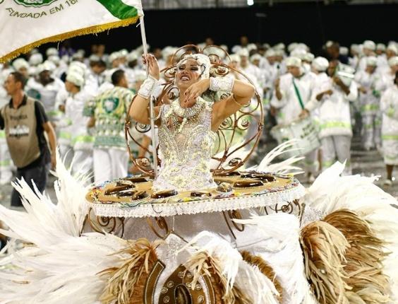 Porta-bandeira da Mancha Verde, que desfilou com as campeãs de São Paulo (25/2/2012)