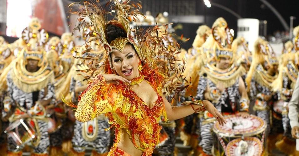 Rainha bateria da Mocidade Alegre, Aline Oliveira, durante desfile das campeãs em SP (25/2/2012)