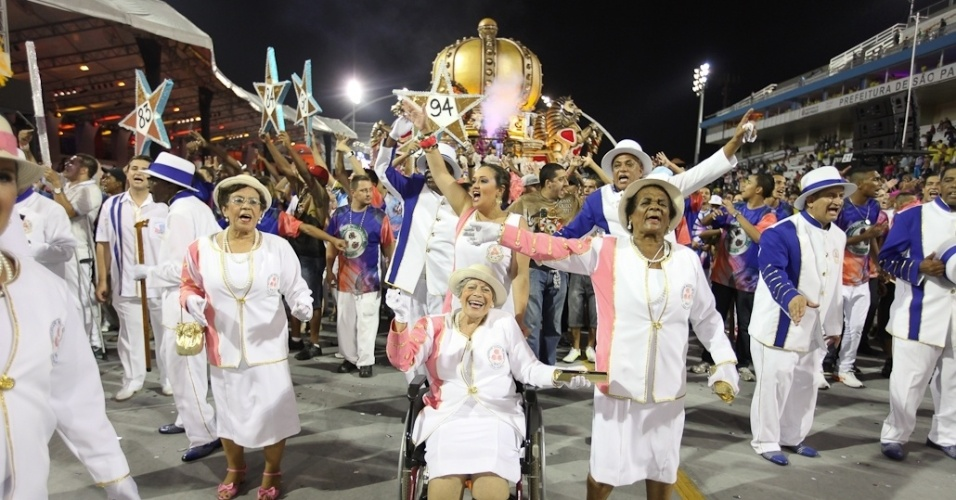 Velha guarda da Rosas de Ouro, cujo samba-enredo faz homenagem à Hungria durante desfile das campeãs de SP (25/2/2012)